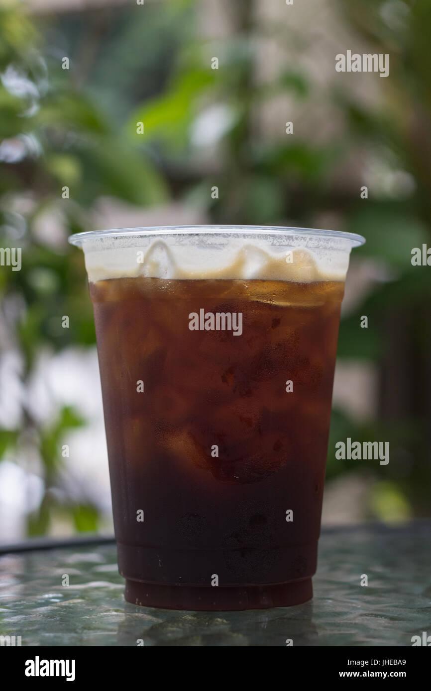 Funkelnde Nitro kühlen Bier Kaffee im Take away Cup trinkfertig. Stockbild