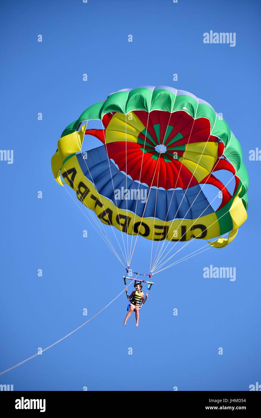 Junge Frau Mit Dem Fallschirm über Dem Roten Meer In Der Nähe Von