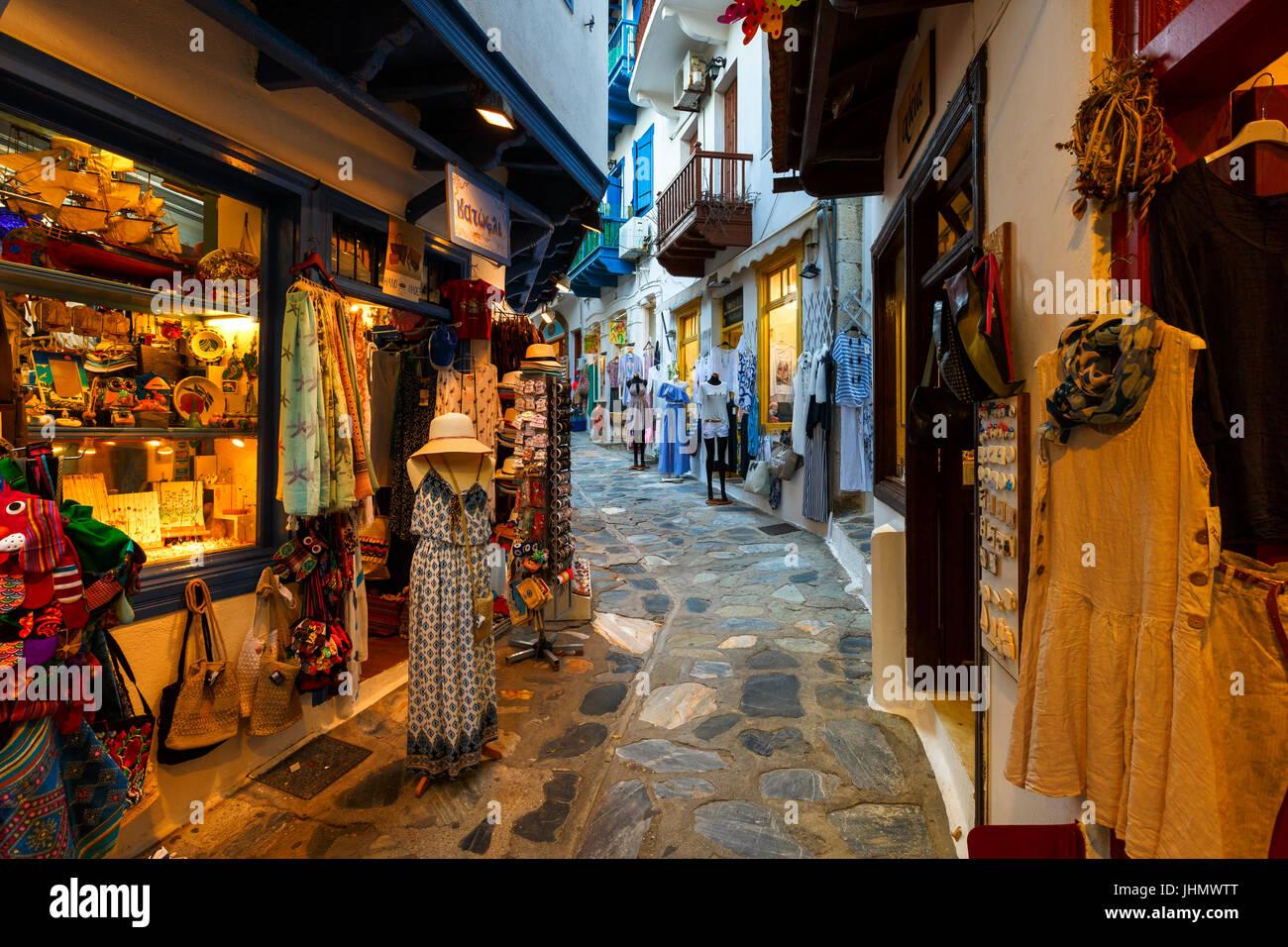 Straße mit Geschäften in der Stadt Skopelos, Griechenland. Stockbild