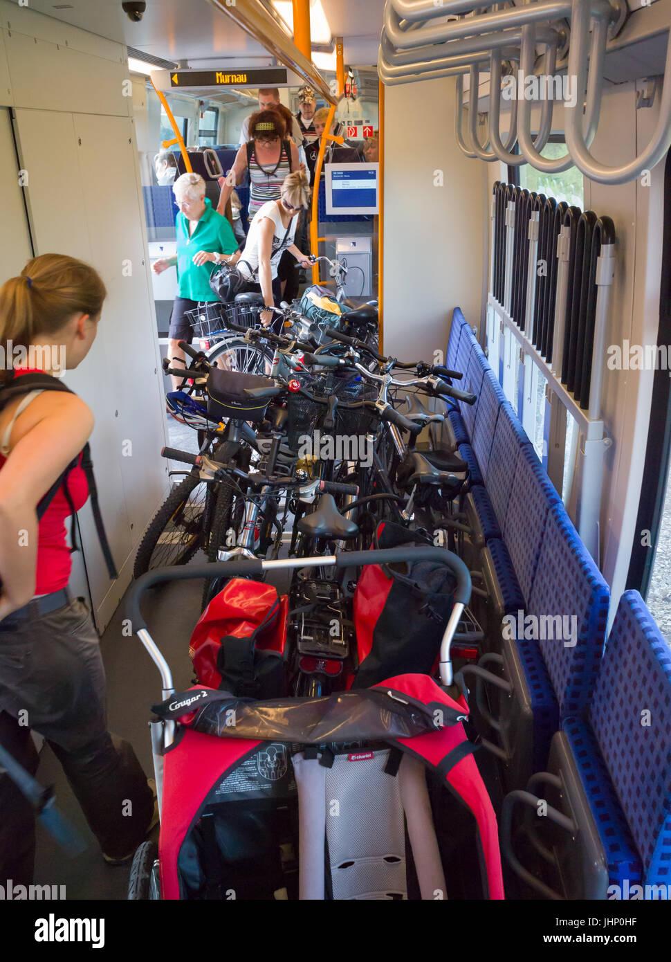 Fahrräder und Kinderwagen auf dem Boden in multi-purpose Speicherplatz auf regionale Deutsche Bahn, statt mit Stockbild