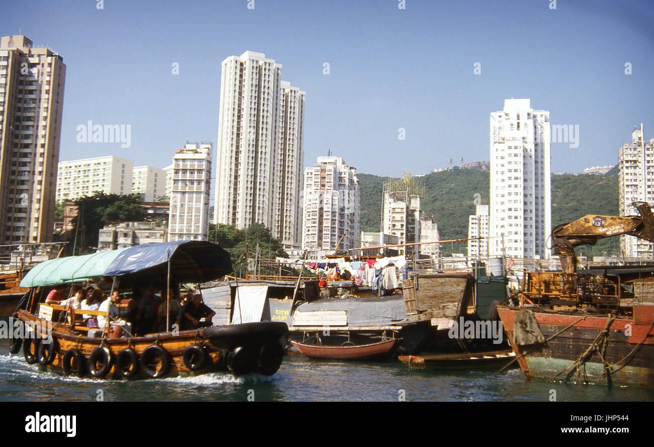 Kontraste der typischen Schiffe; Residenzen; Hong Kong; China Stockfoto