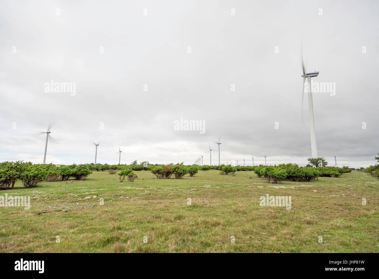 Windkraftanlagen Spinnen im grünen Bereich. Stockbild