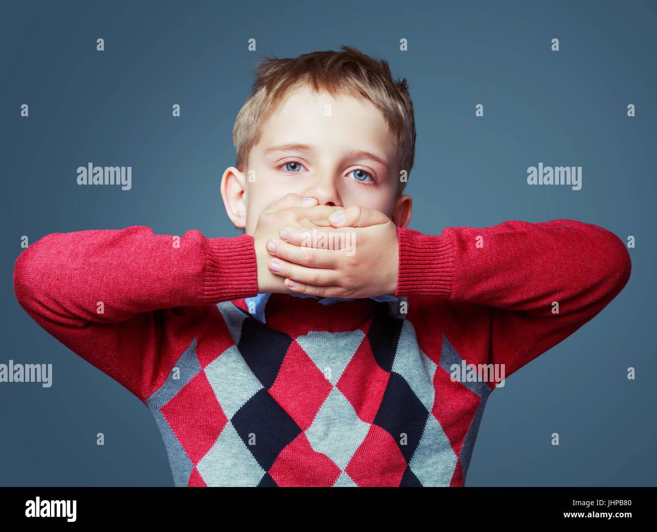 Atemberaubend Kleine Jungen Mit Verschlossenem Mund Bilder - Die ...