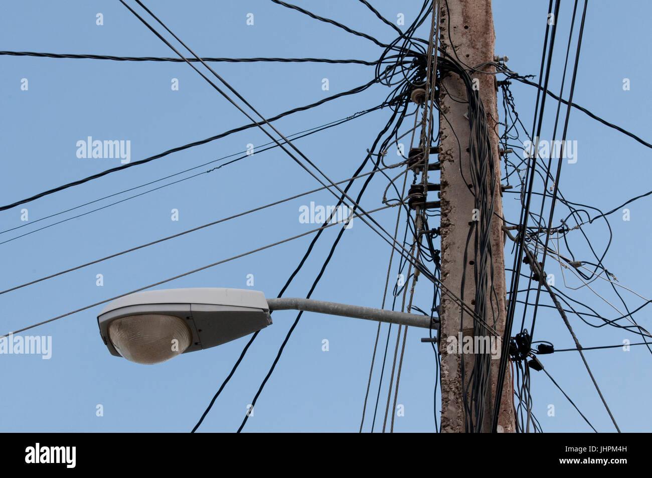Elektrische Verkabelung auf Strommast in Kuba Stockbild