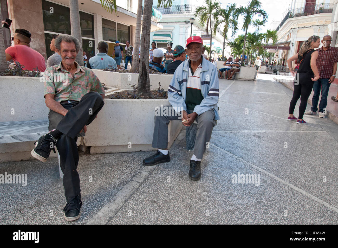 Zwei kubanischen Kollegen sitzen in der Innenstadt von Cienfuegos Kuba Stockbild