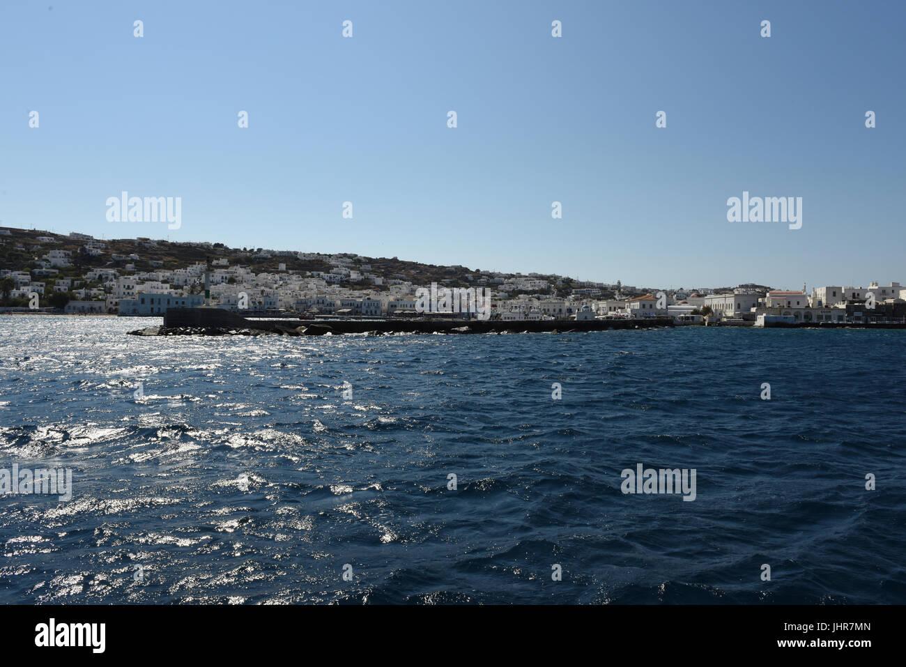 Eingabe Hafen mit blauer Himmel und blaues Wasser, Mykonos, Griechenland Stockfoto