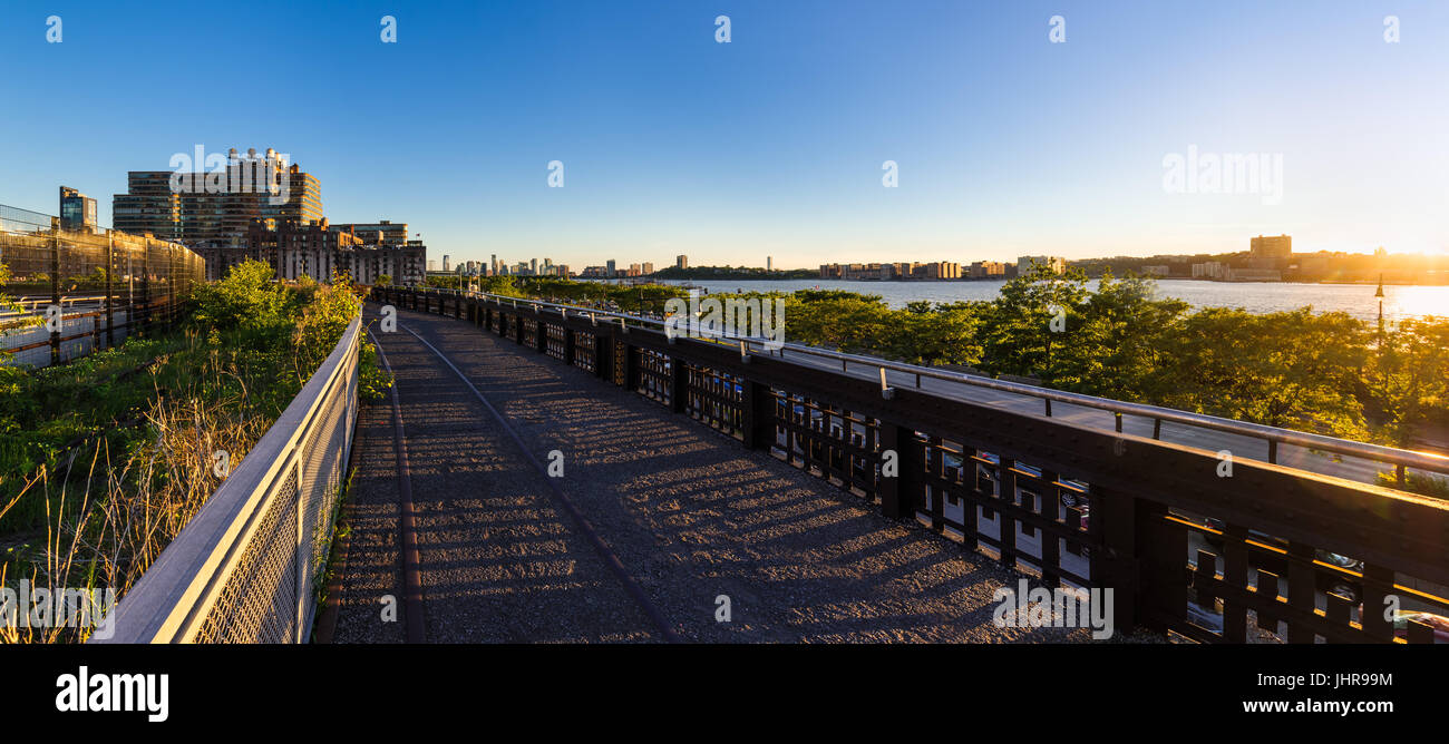 Die High Line-Promenade bei Sonnenuntergang mit dem Hudson River. Chelsea, Manhattan, New York City Stockfoto