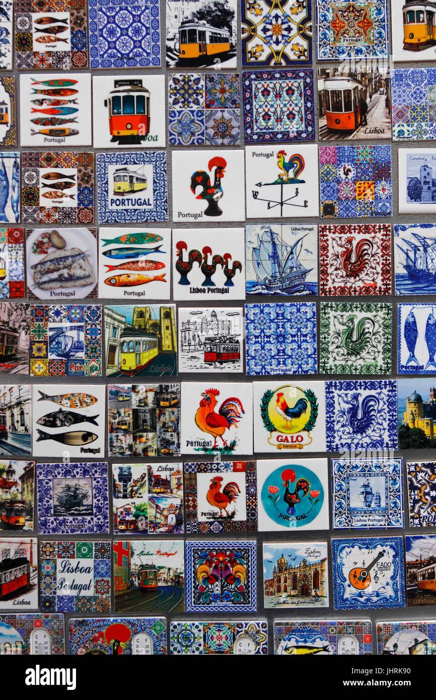 78ae110674b9 Souvenir-Fliesen für den Verkauf an Touristen in den Bairro Alto Lissabon  Portugal