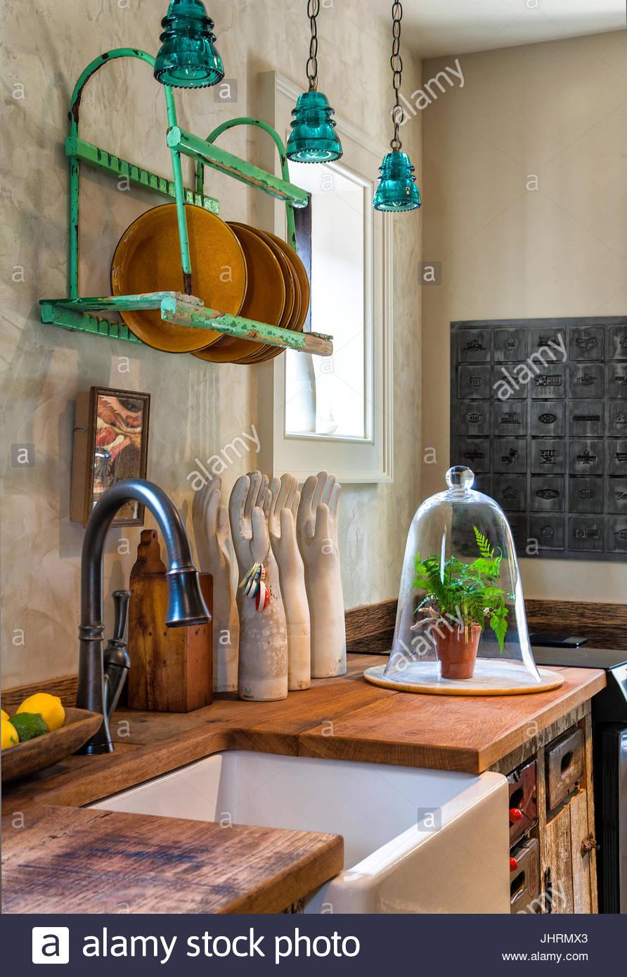 Vintage, rustikale Küche, Tellerhalter über Bauernhof Waschbecken ...
