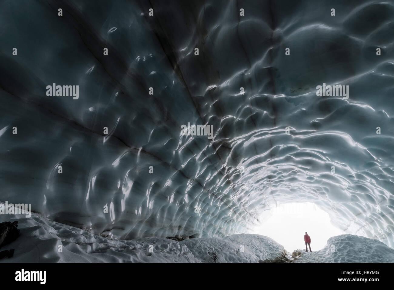 Mann in einer Eisgrotte, Gletscher im Tal, Tarfaladalen (Darfalavaggi), Kebnekaisefjaell Norrbotten, Lappland, Schweden, September, Mann in Einer Eisgr Stockfoto