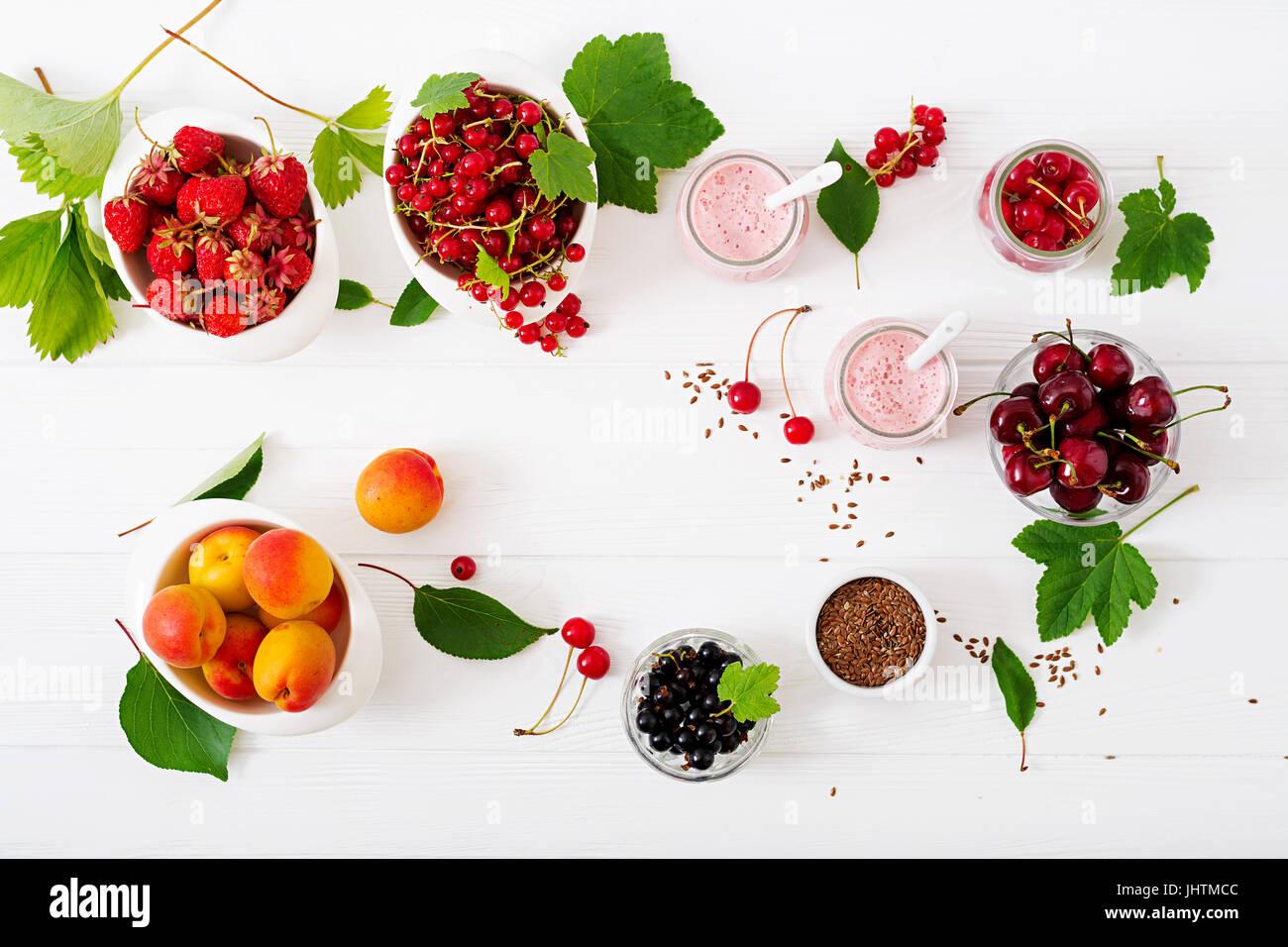 Joghurt mit Beeren. Sommer-Frühstück. Gesundes Frühstück. Fitness Nahrung. Die richtige Ernährung. Stockbild