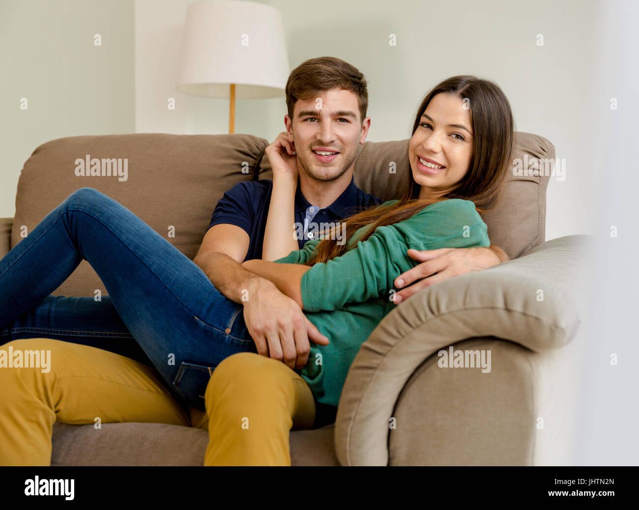 Junges Paar auf dem Sofa sitzen und dating Stockbild