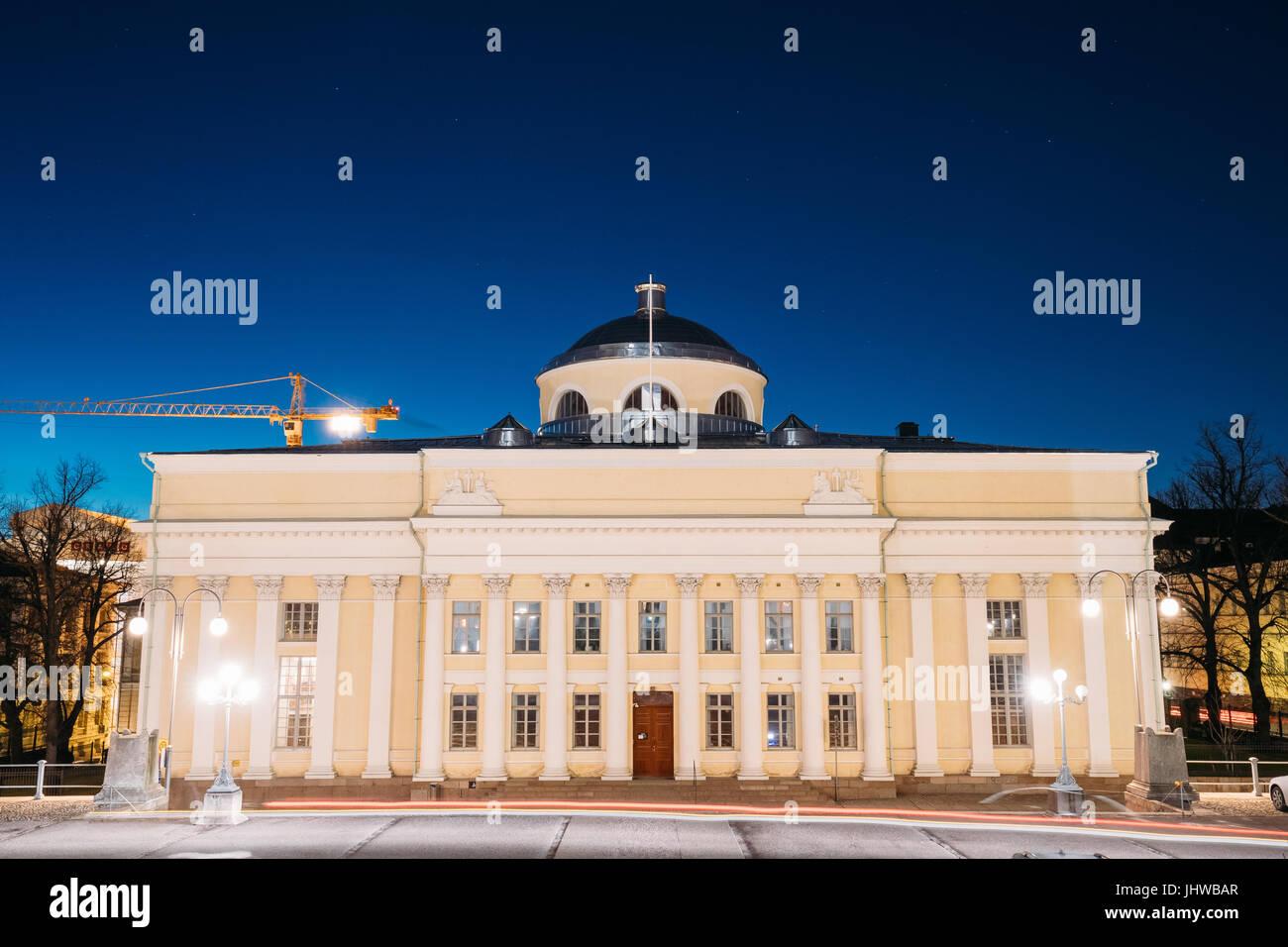 Helsinki, Finnland. Die Nationalbibliothek von Finnland In Beleuchtung am Abend oder Nachtbeleuchtung. Administrativ Stockbild