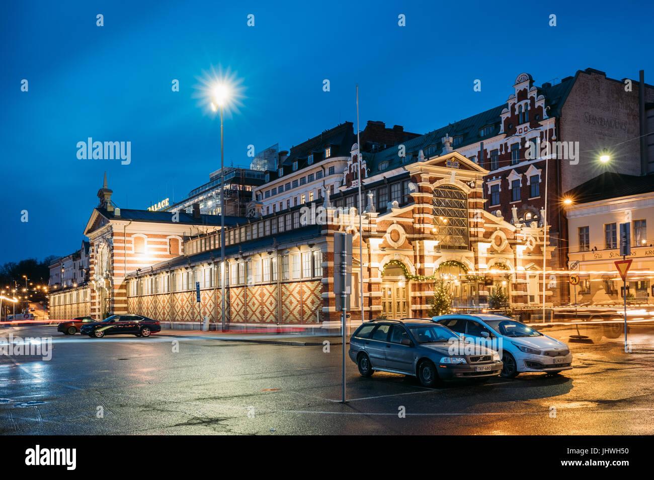Helsinki, Finnland - 9. Dezember 2016: Alte Markthalle Vanha Kauppahalli im Zentrum der Stadt In der Beleuchtung Stockbild