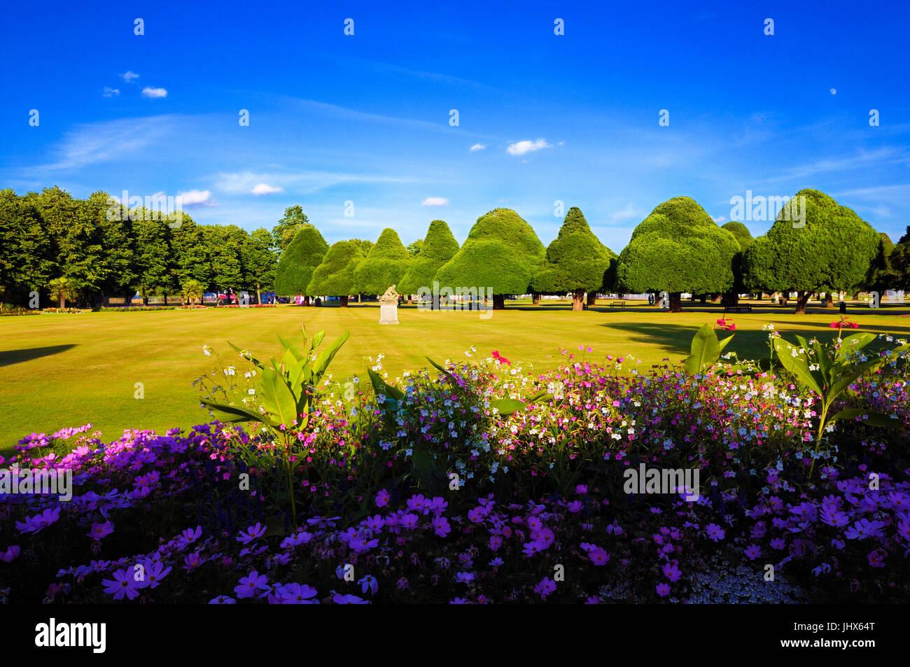 Ein perfekter Sommerabend in Hampton Court Palace zeigt der Ost-Front-Gärten mit seinen schönen Staudenrabatten Stockbild