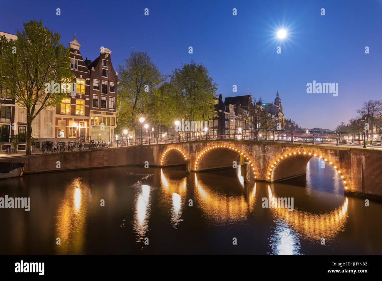 Licht Tour Amsterdam : Dämmerung licht auf typische gebäude und brücken spiegelt sich in