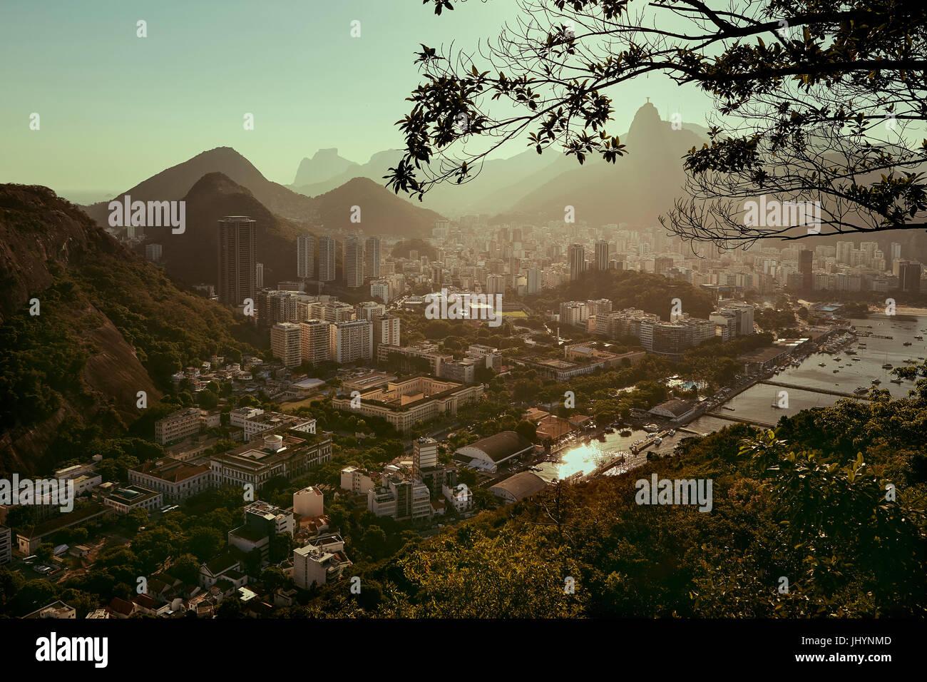 Blick auf Rio De Janeiro und die Christusstatue von Zuckerhut (Pao de Acuca) bei Sonnenuntergang, Rio De Janeiro, Stockbild
