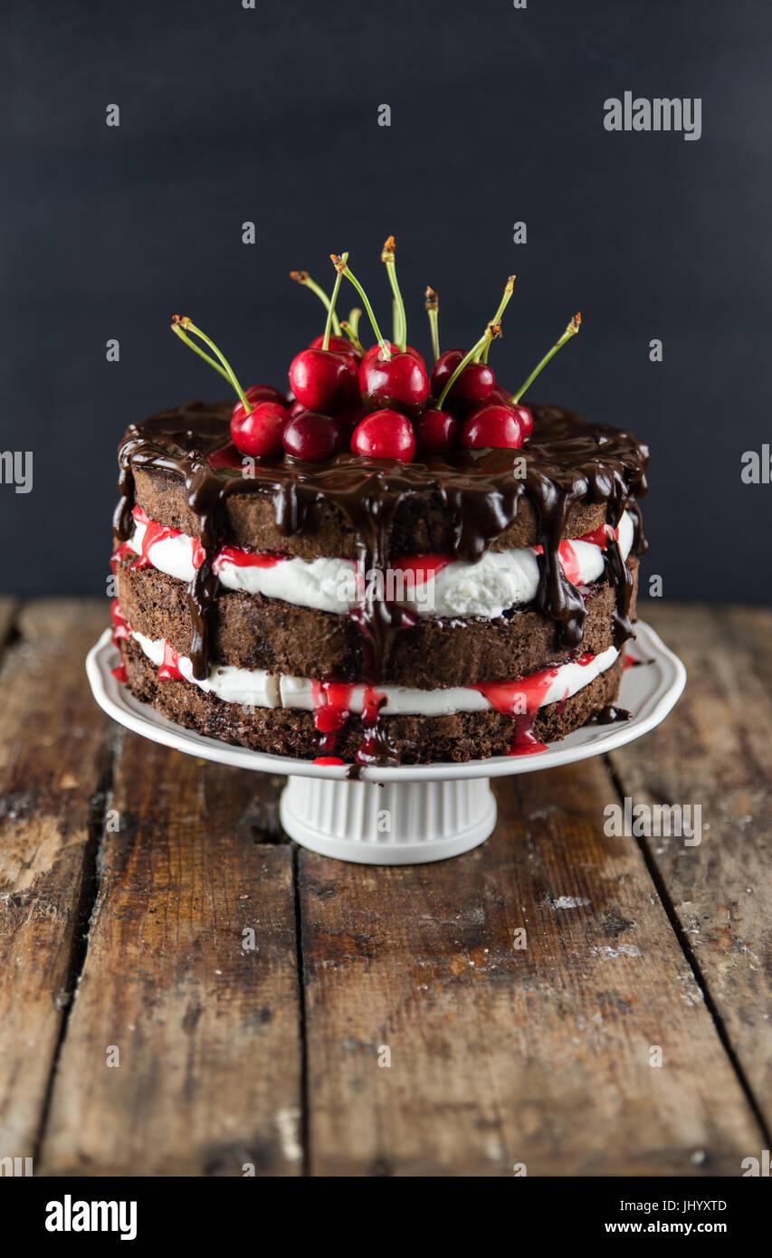 Schwarzwälder Kirschtorte Schwarzwald Kuchen, Dunkle Schokolade Und  Kirschen Dessert Auf Einem Holz Tisch Moderne Kuchen