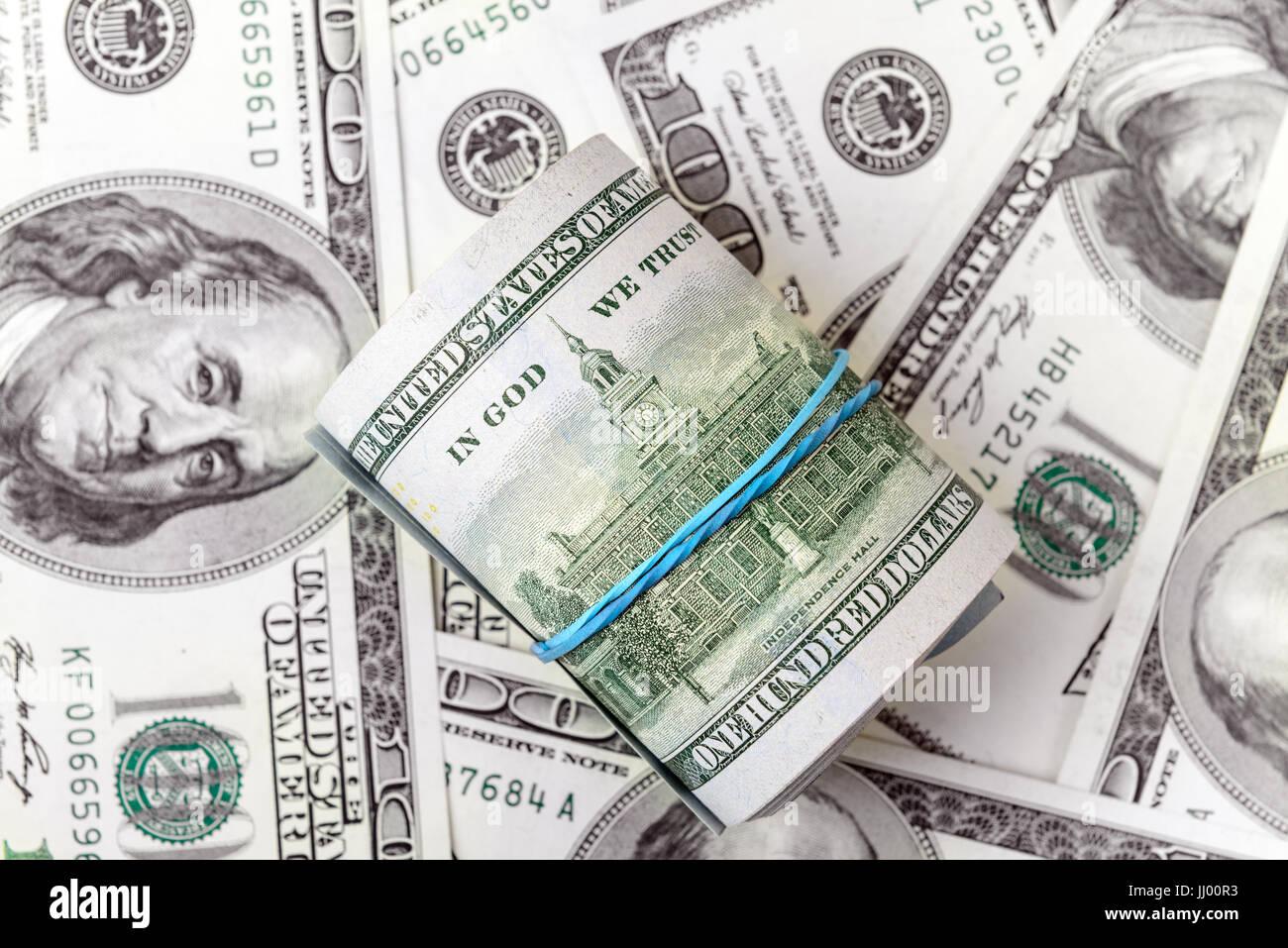 Rollen von Dollar auf einem Hintergrund von amerikanischen Dollarscheine Stockbild
