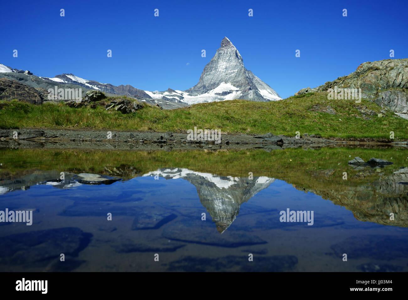 PenninianMattrerhorn oberhalb Zermatt Regfelcting in kleinen Teich bei Gagenhaupt, Schweizer Alpen, Schweiz Stockbild