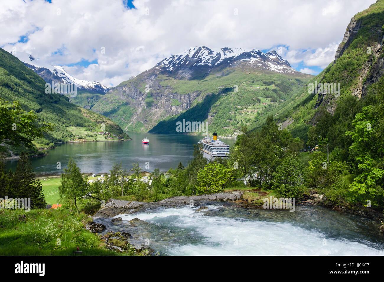 Malerische Aussicht über Geirangelva Fluss zum Geirangerfjord mit zwei Kreuzfahrtschiffe vor Anker. Geiranger, Stockbild