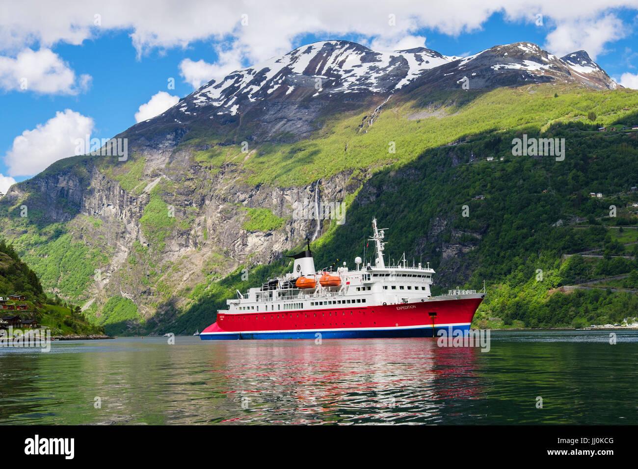 Kleine Kreuzfahrt Schiff G Abenteuer Expedition im malerischen Geirangerfjord oder Geiranger Fjord im Sommer verankert. Stockbild