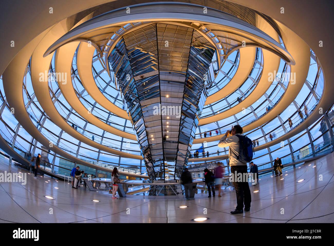 Berlin. Deutschland. Innenraum der Reichstag Kuppel und spiralförmige Rampe bei Sonnenuntergang. Stockbild