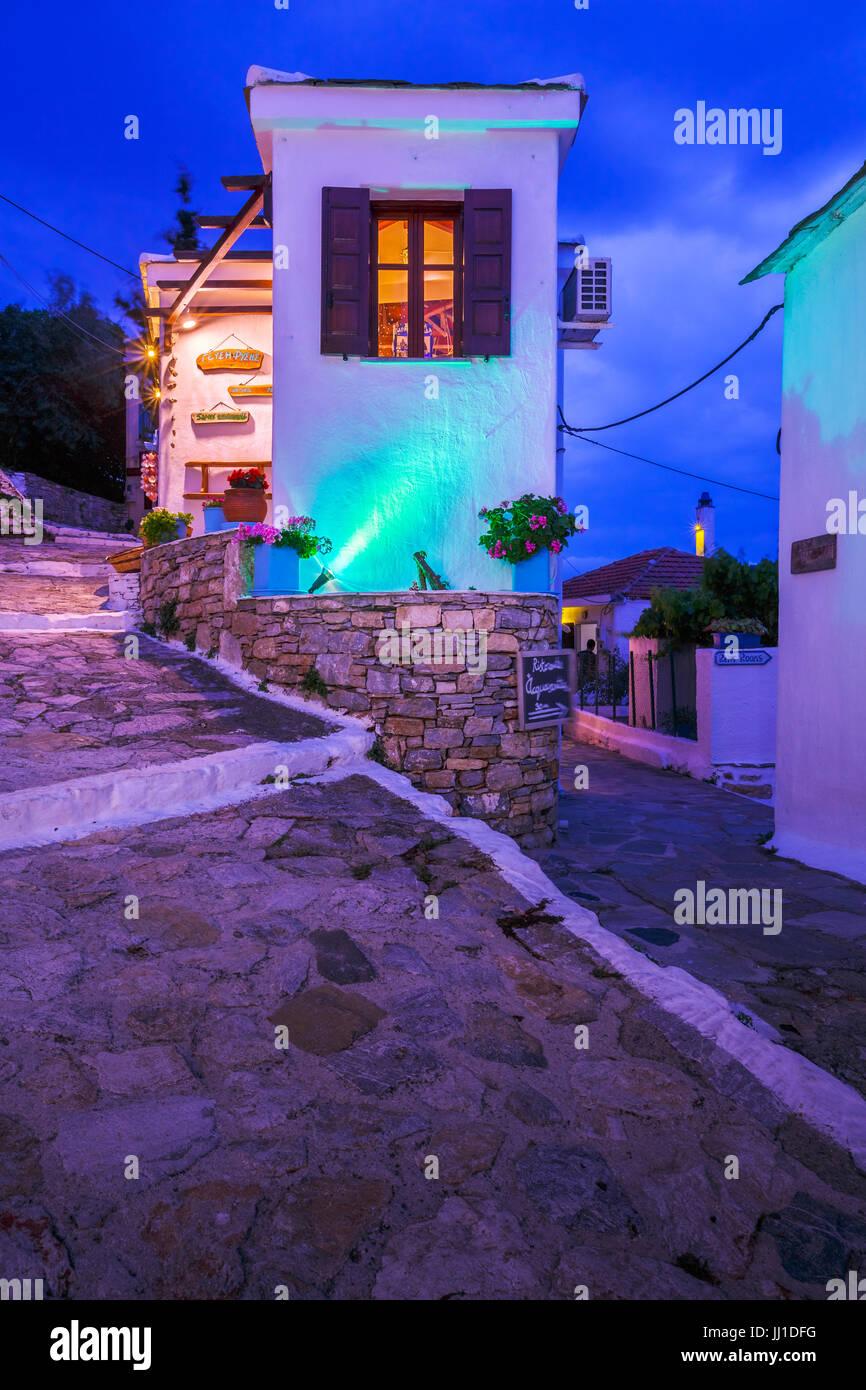 Hauptstraße mit Geschäften in Chora von Alonissos Insel, Griechenland. Stockbild