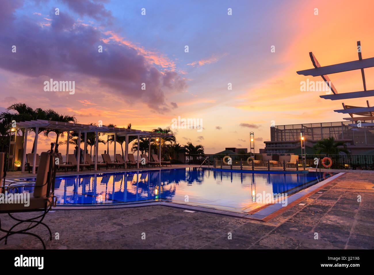 Sonnenuntergang von der Dachterrasse mit Pool des Hotel Parque Central in Havanna, Kuba Stockbild