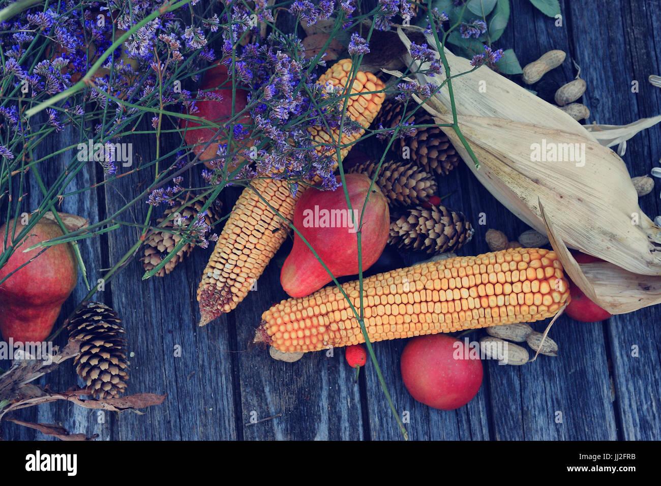 Obst und Gemüse auf hölzernen Hintergrund Stockbild
