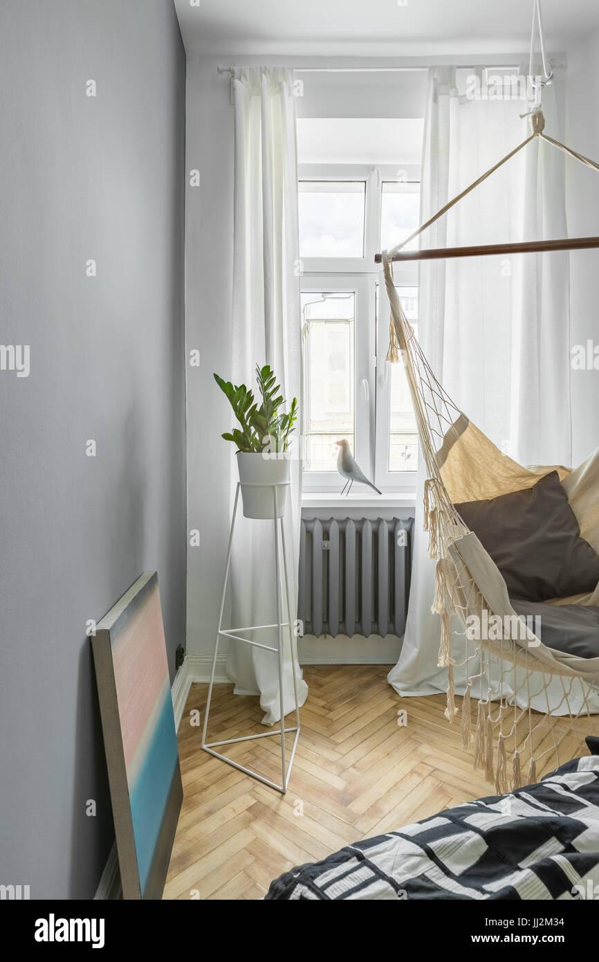 Graue Schlafzimmer Mit DIY Hängematte, Bett Und Fenster