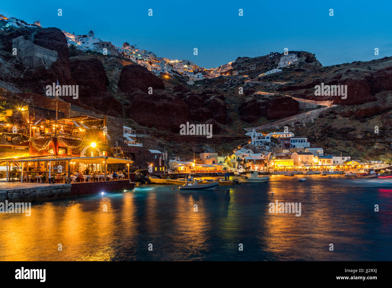 Nachtansicht des al Fresco Restaurant am Hafen Ammoudi, Oia, Santorini, Süd Ägäis, Griechenland Stockbild