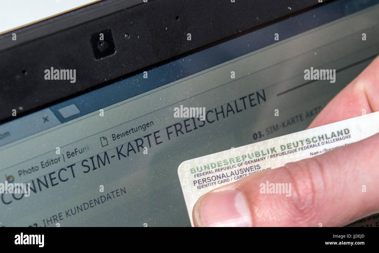 Laptop Mit Sim Karte.Ein Mann Hält Seine Deutschen Personalausweis Vor Der Kamera Eines