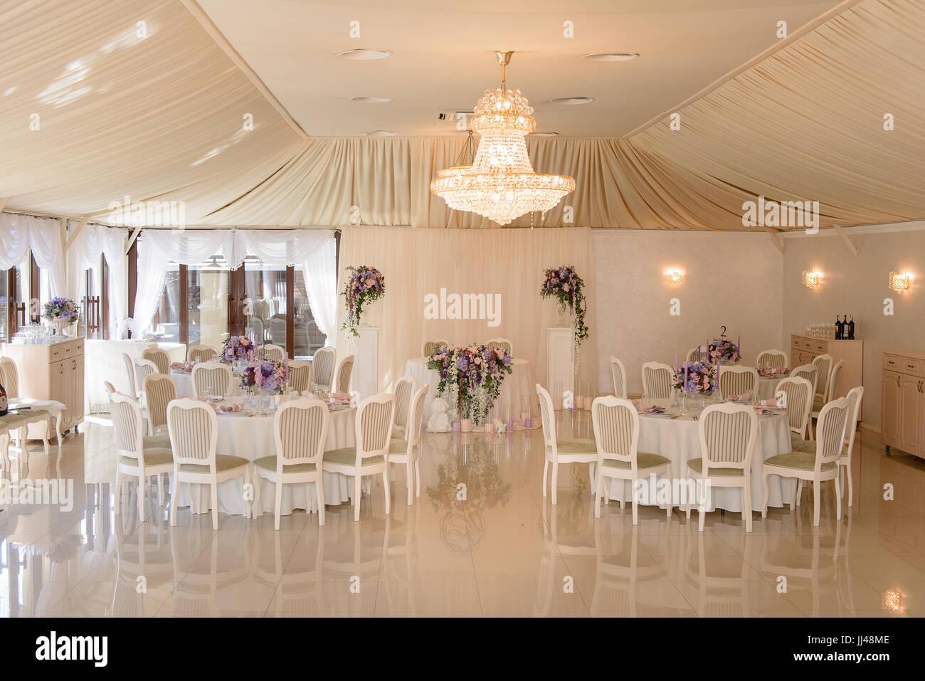 Eine Hochzeit dekoriert Restaurant in Creme Farben Stockbild