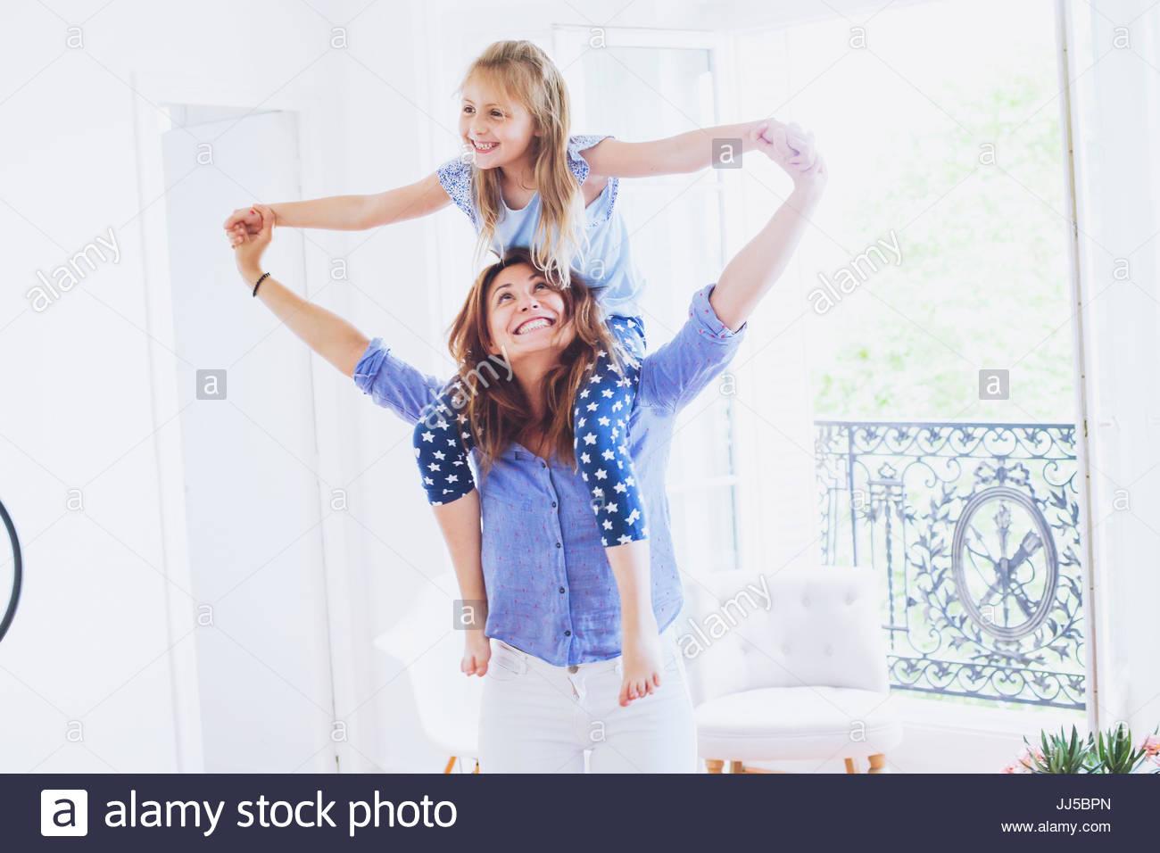 Mutter und Tochter gemeinsam Spaß zu haben, die zu Hause, lächelnd kaukasischen Familienporträt Stockbild