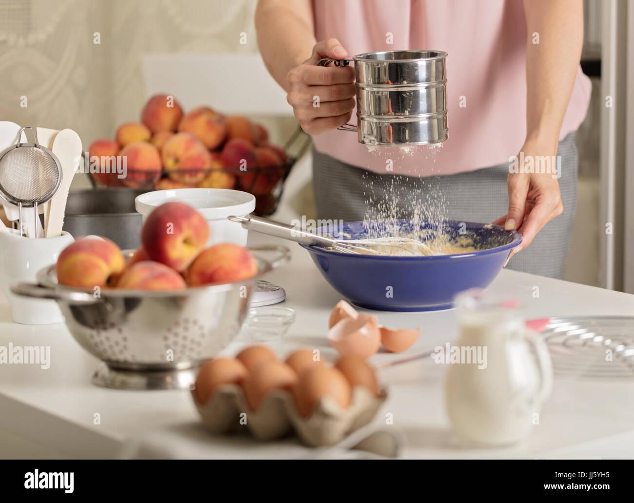 Vorbereitung Der Hausgemachte Pfirsich Torte. Zubehör Für Die Küche Und  Produkte. Weibliche Hände Im Rahmen. Selektiven Fokus.