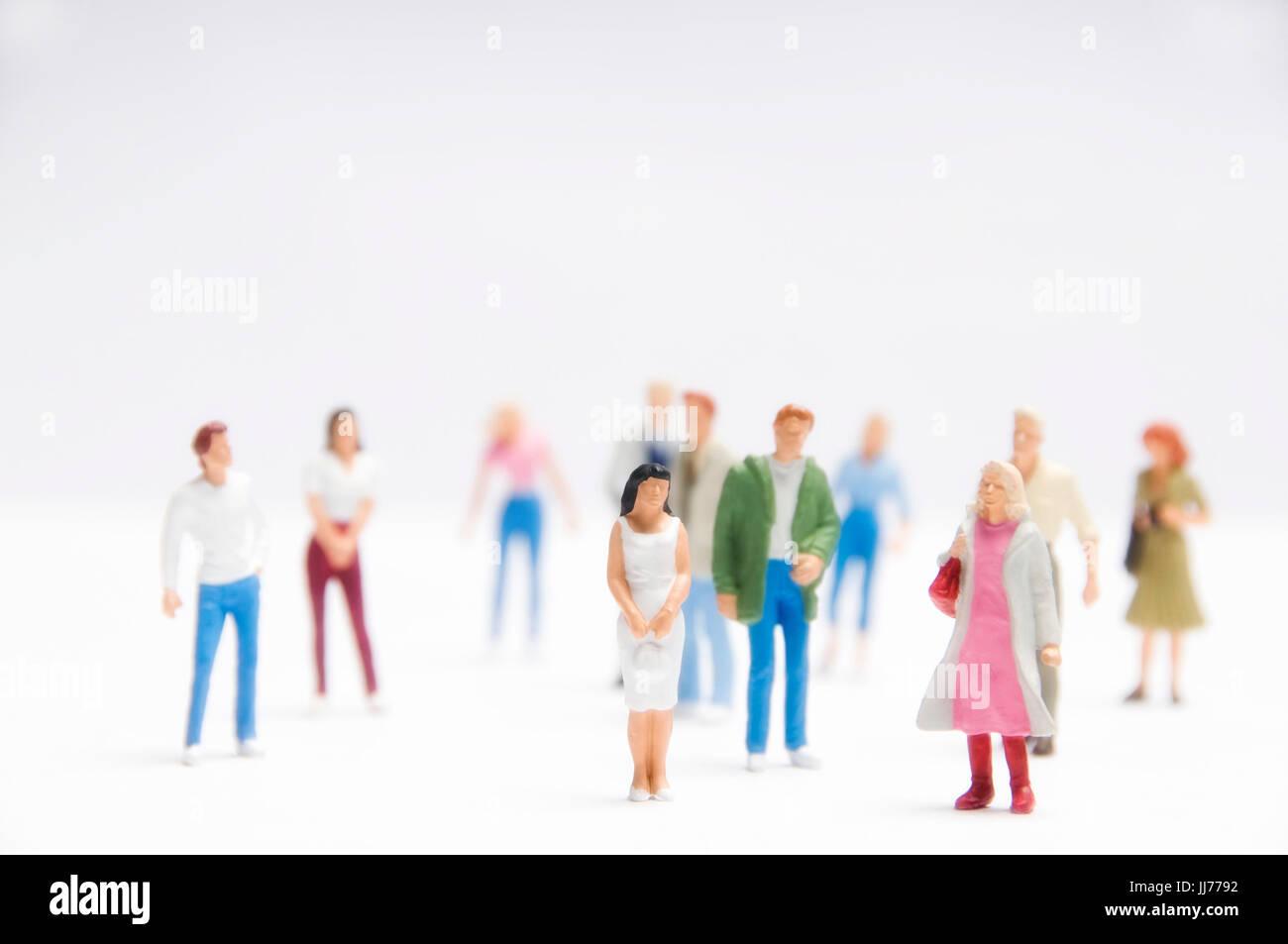 Minifigürchen von Frauen und Männer, die als Konzept für die Belegschaft, soziale Medien, Soziologie Stockfoto