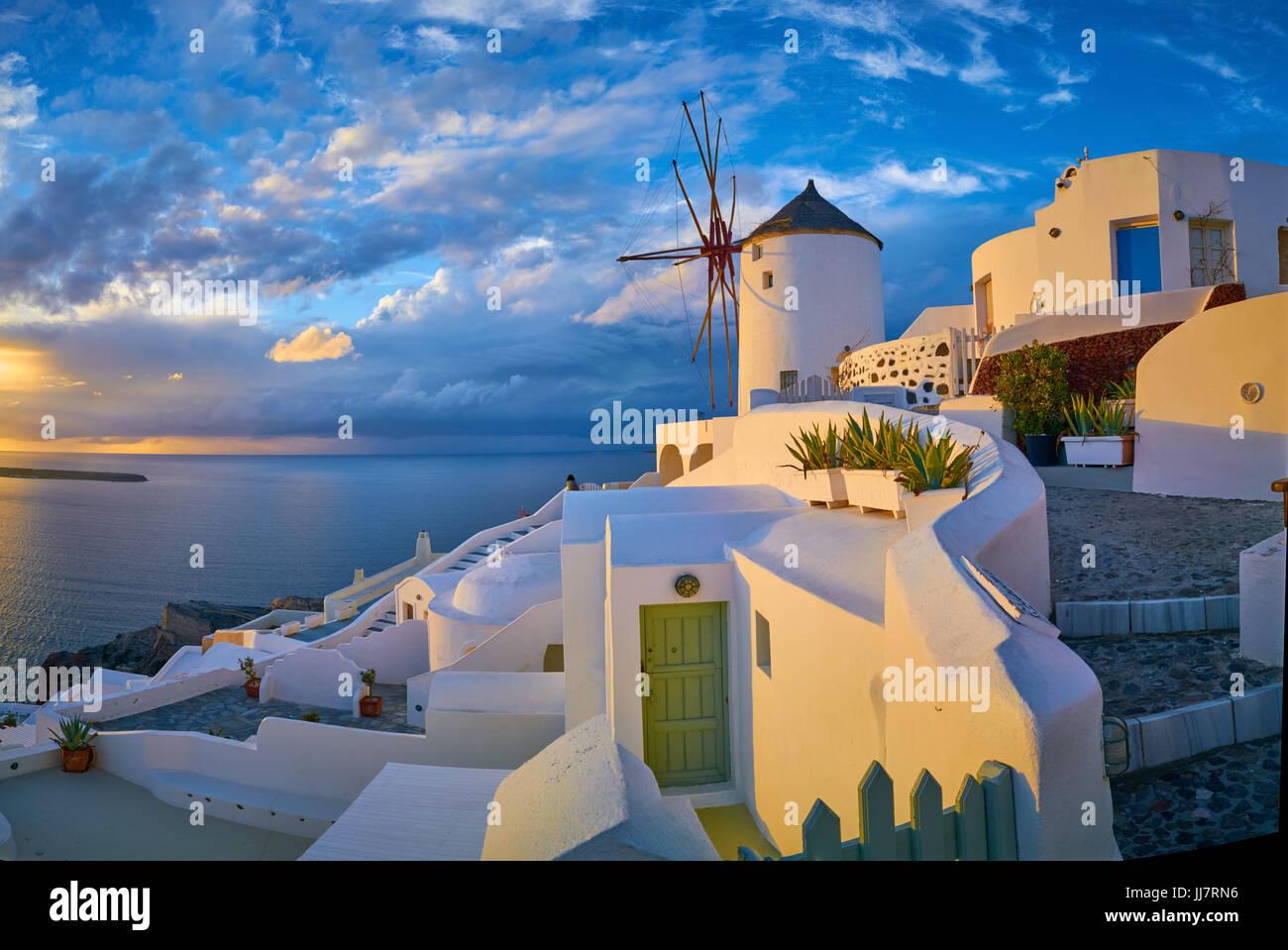 Windmühle im Dorf Oia bei Sonnenuntergang, Santorini, Griechenland Stockbild