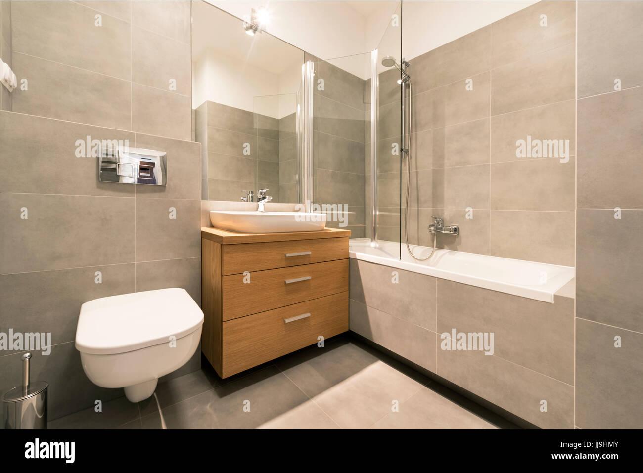 Fußboden Bad ~ Modernes bad mit fliesen auf dem fußboden in stilvolle wohnung