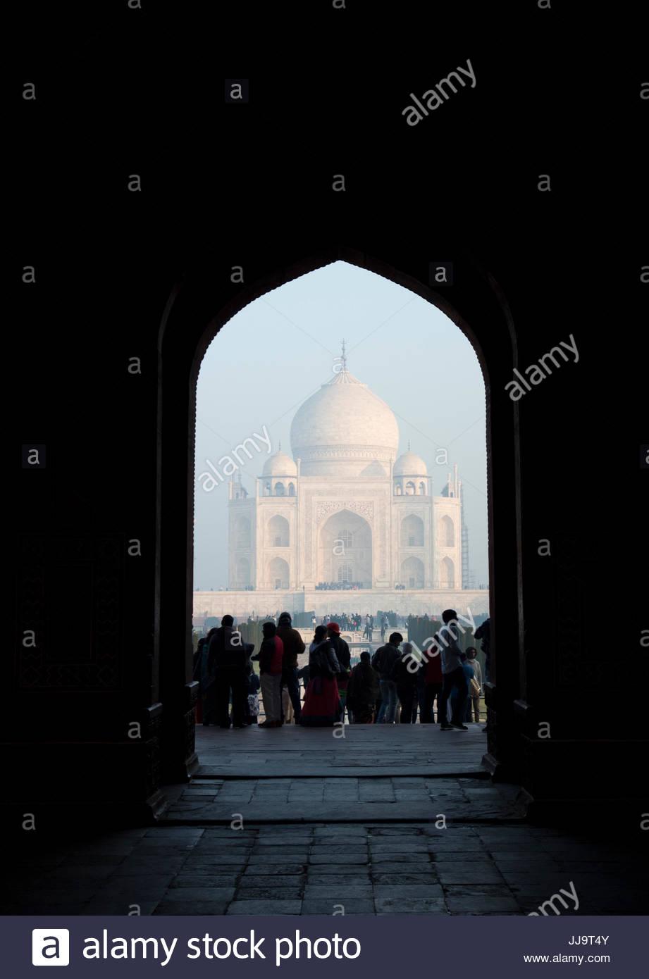 Menschen stehen am Eingang zum Taj Mahal in Agra, Indien. Stockbild