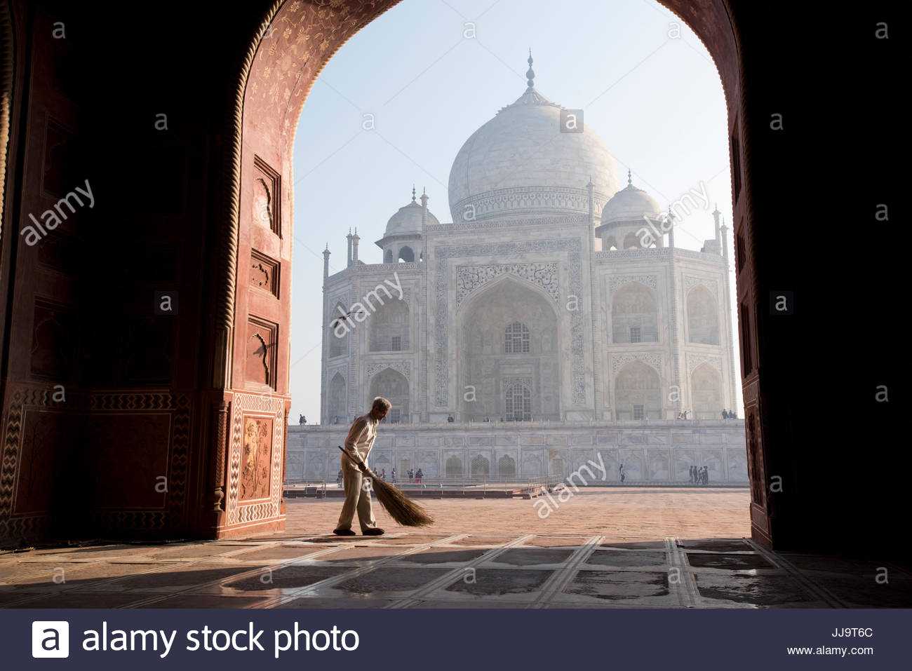 Ein indischer Mann fegen am Eingang der Moschee neben dem Taj Mahal in Agra, Indien. Stockbild