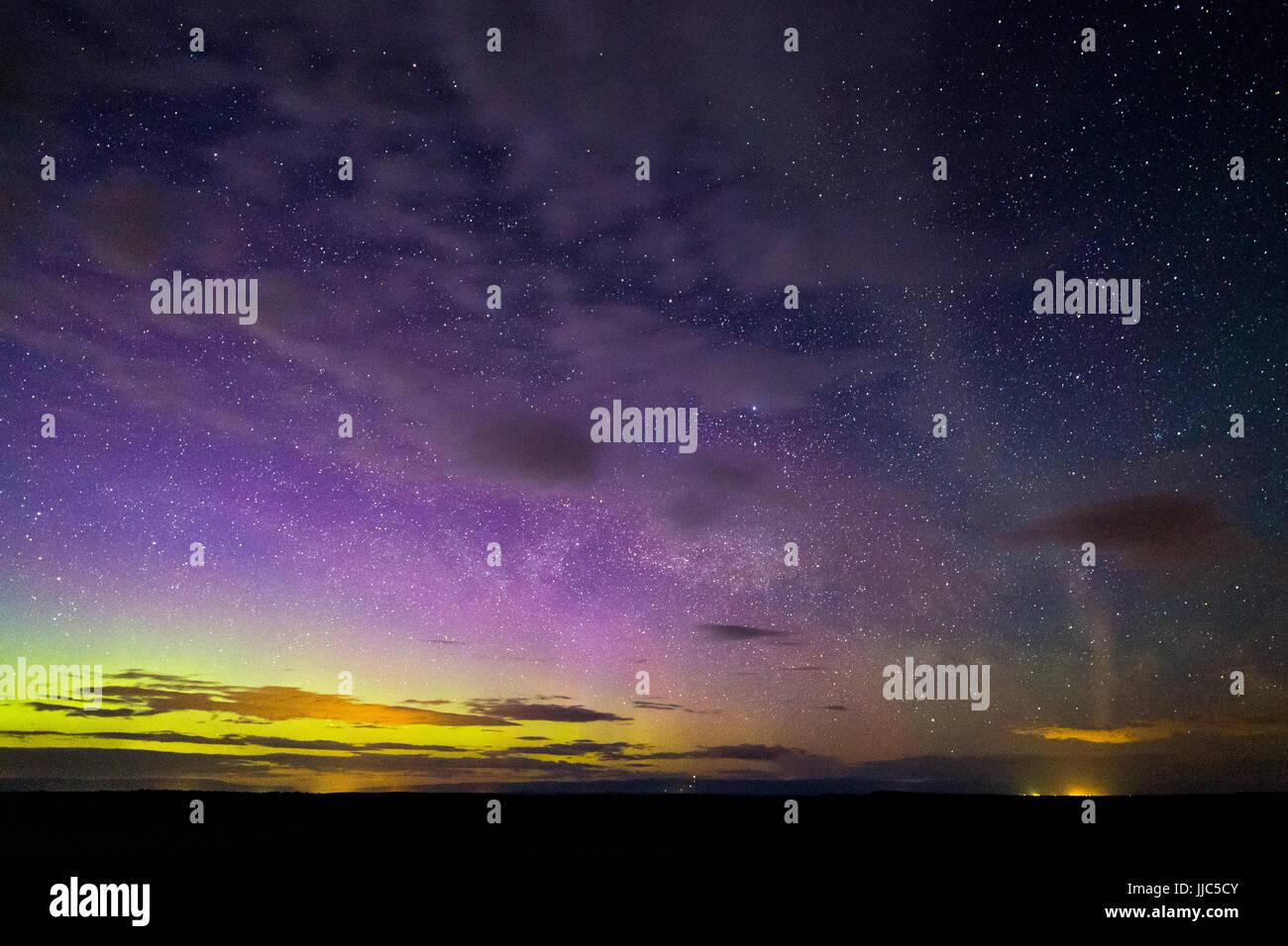Das Nordlicht Phänomen bekannt als Steve erstreckt sich vom östlichen Horizont über die Bighorn Basin. Stockbild