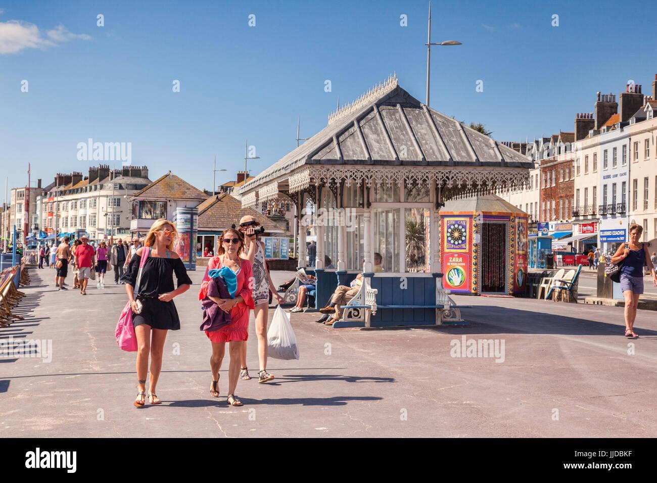 2. Juli 2017: Weymouth, Dorset, England, UK - Besucher auf der Promenade an einem heißen Sommertag im Juli. Stockfoto