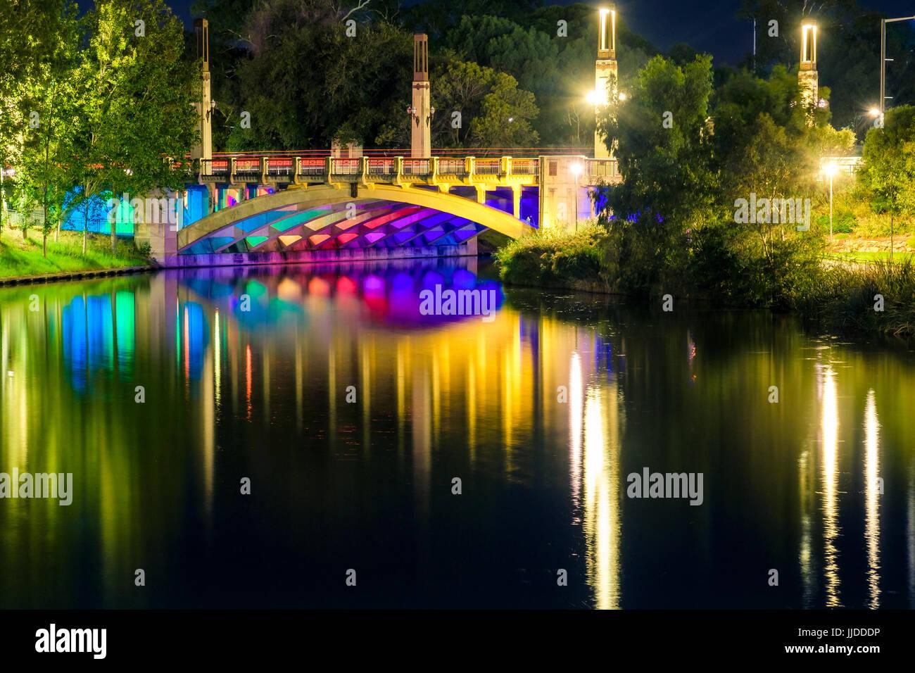 King William Brücke Beleuchtung in Adelaide City bei Nacht Stockbild