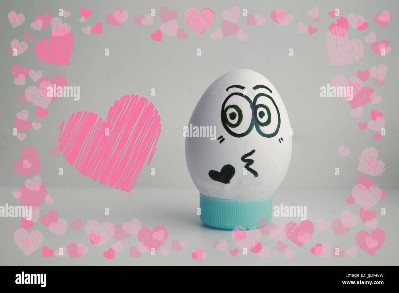 Das Ei ist lustig mit dem Gesicht auf dem Stand. Konzept: Liebe ...