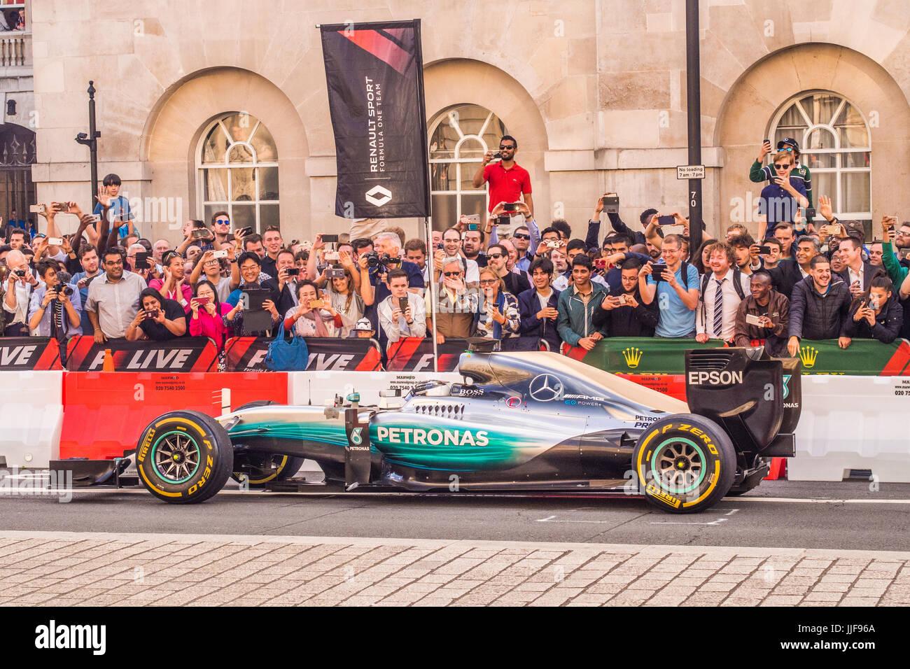 """""""F1 Live"""" Veranstaltung in London mit Autos getrieben entlang Whitehall Stockbild"""