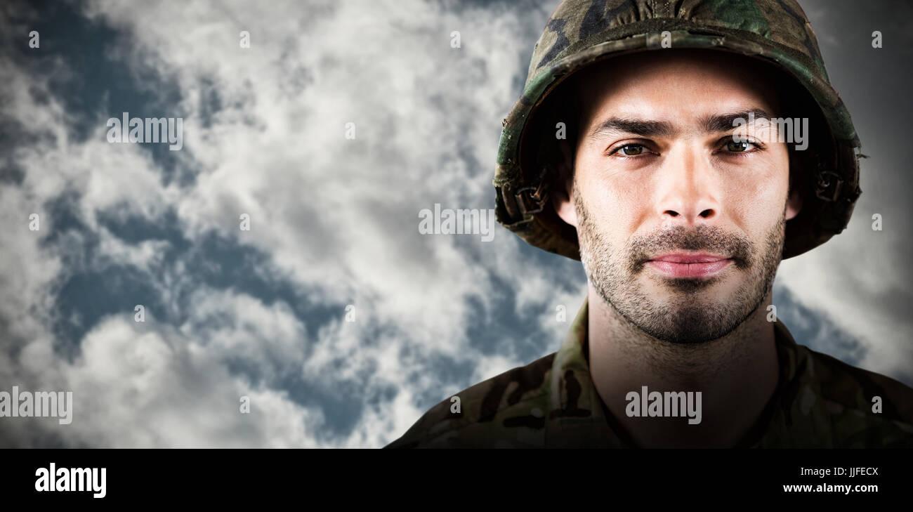 Nahaufnahme von zuversichtlich Soldaten tragen Schutzhelm gegen full-Frame von bewölktem Himmel Stockfoto