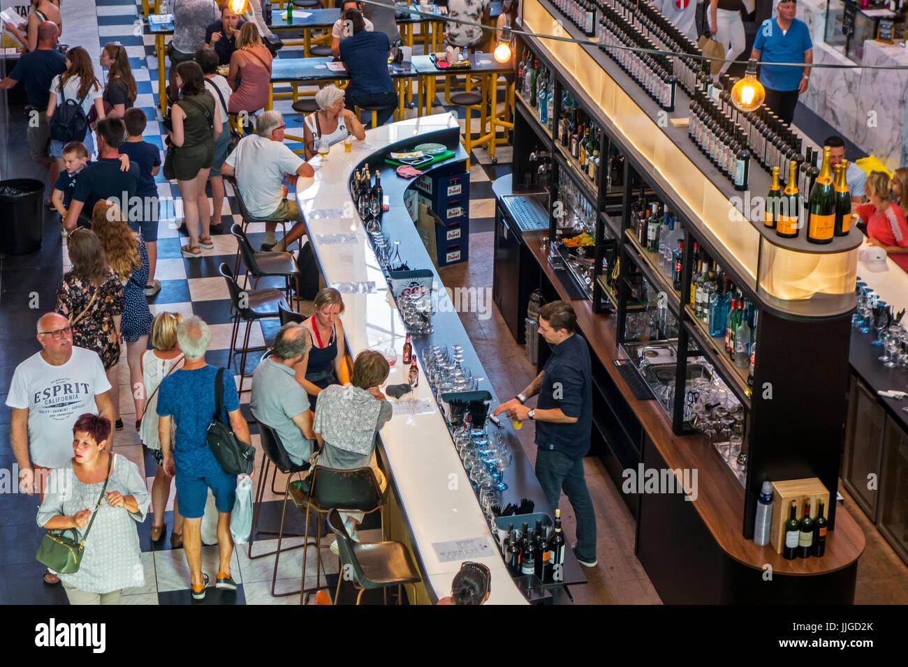 Luftaufnahme über bar-Theke und Barkeeper servieren von Getränken an Kunden in der Heiligen Lebensmittelmarkt Stockbild