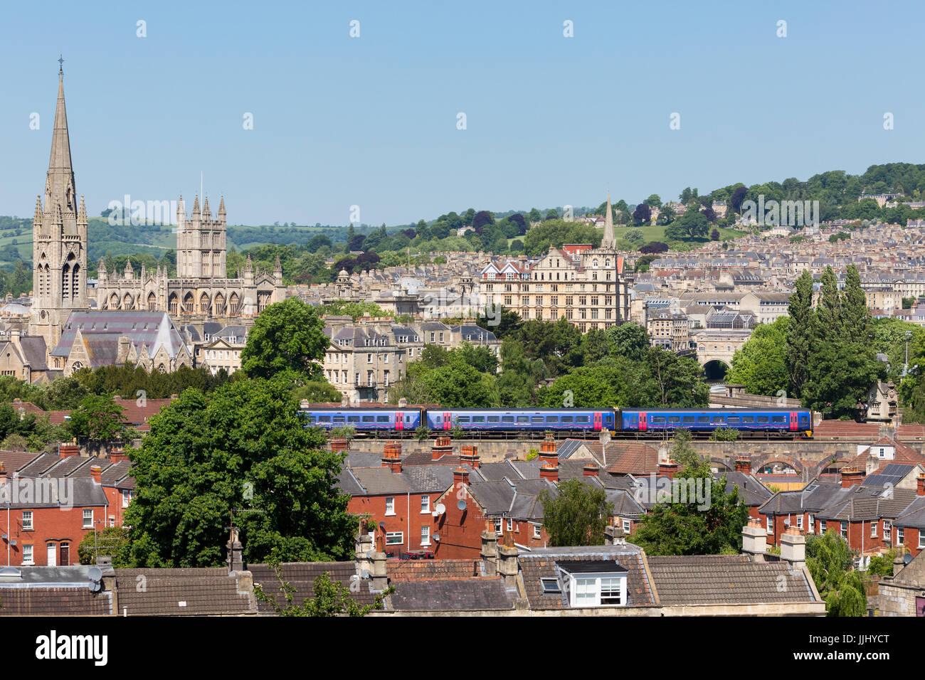 BATH, Großbritannien - 26. Mai 2017: totale der Stadt Bath mit einem großen Western-Zug durch die Unterseite Stockbild