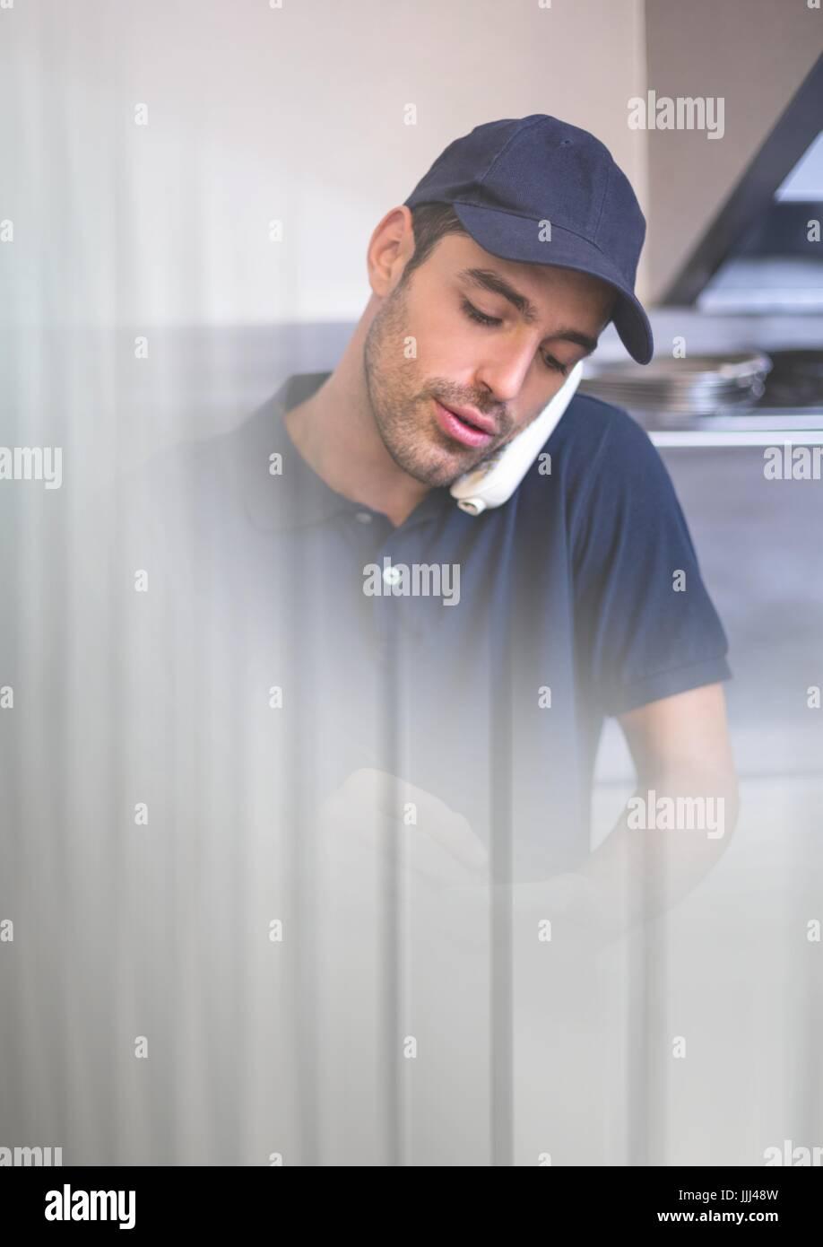 Lieferung Kurier auf Handy mit Übergang Effekt und Kopie Stockbild